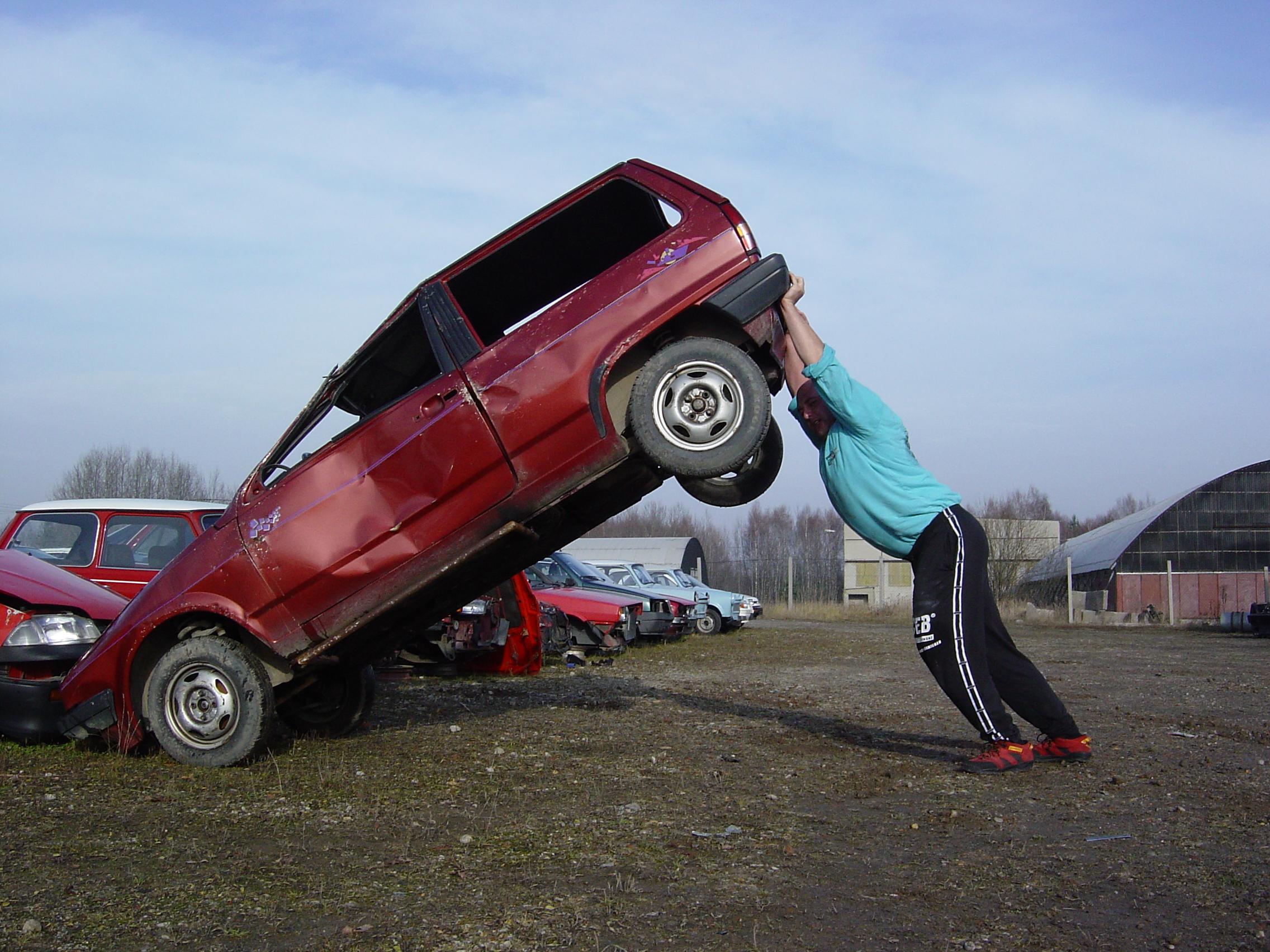 Carsten Kühn beim legendären Autokippen