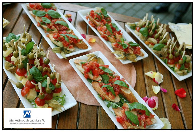 Fingerfood - eine kleine Stärkung im Rosengarten.