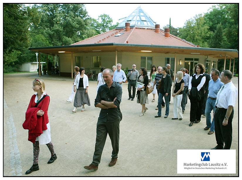 Marketingclub-Mitglieder im Rosengarten Forst.